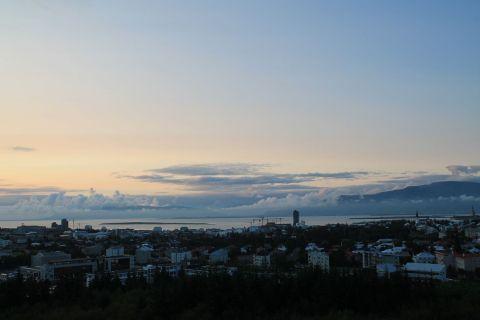 Mountains with mountains of clouds with a view of Reykjavík / Berge mit Wolkenbergen und einem Blick auf Reykjavík